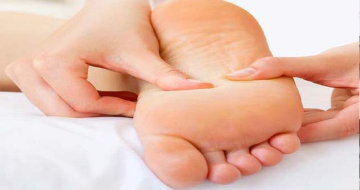 कई समस्याओं से छुटकारा दिलाता है सोने से पहले पैरों के तलवों की मालिश, आप भी आजमायें